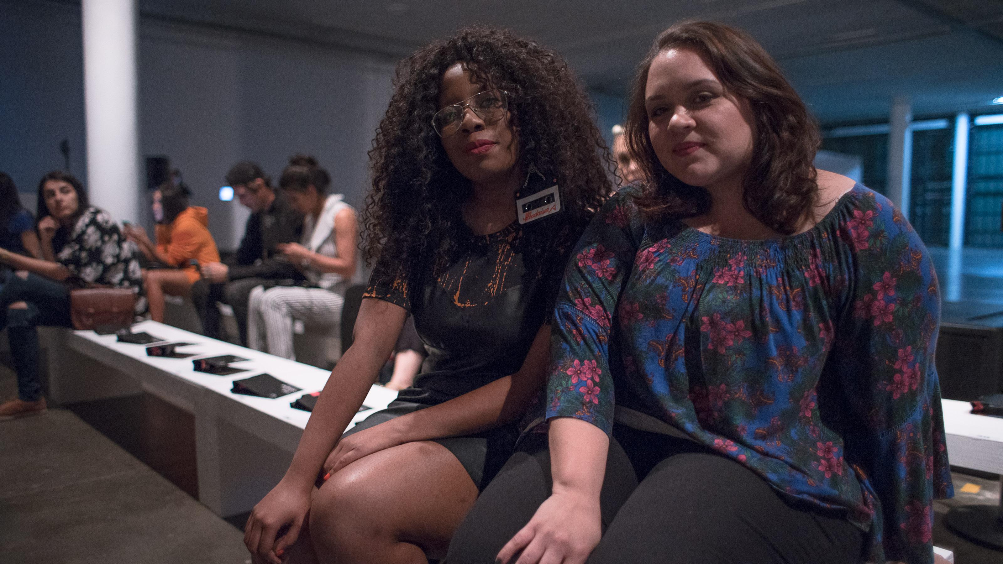 Beatriz e Gabrielle na sala de desfile da LAB (foto: Moysah)